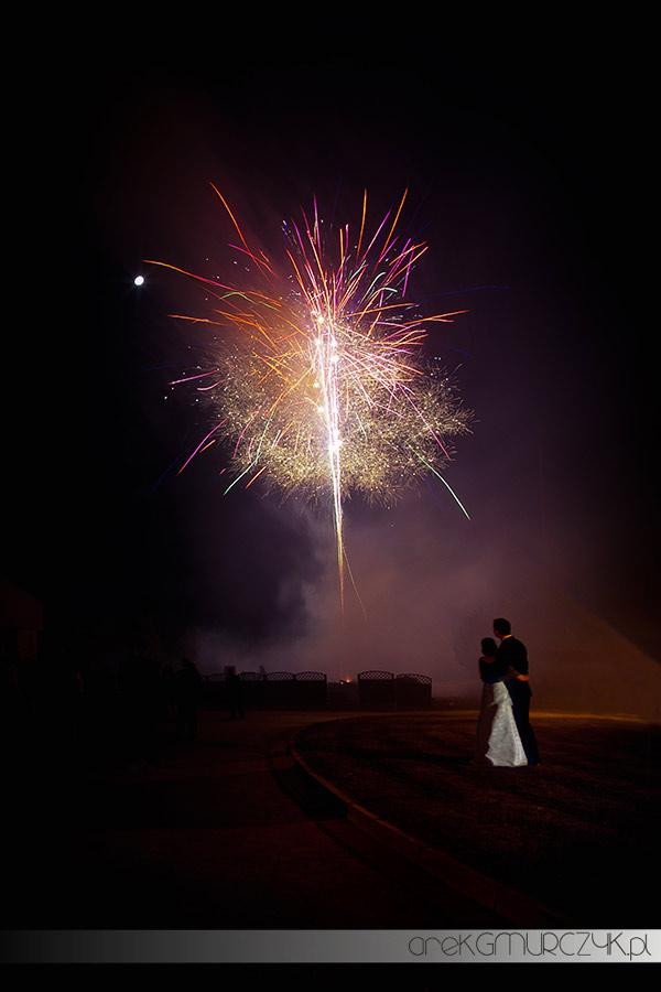 pokazy sztucznych ogni na weselu