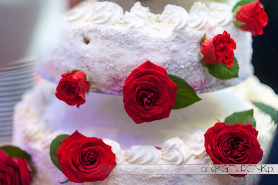 tort weselny przystrojony żywymi kwiatami