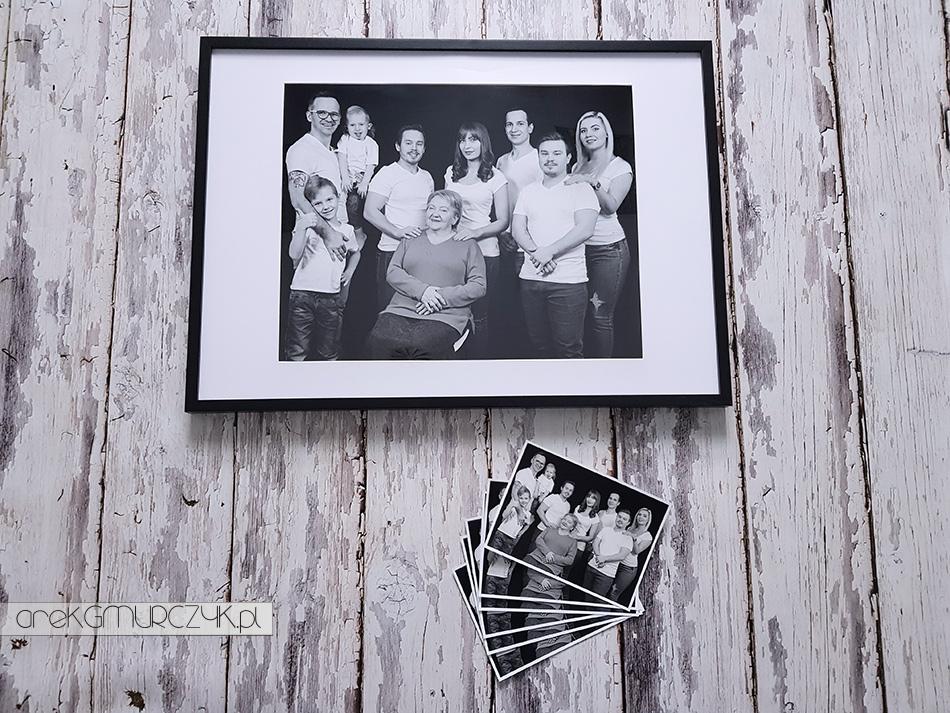 Portret rodzinny babci z wnukami i prawnukami. Fotograf Płock. Szukasz pomysłu na prezent z okazji Dnia Babci i Dziadka? Podaruj im swój czas i wyjątkowe wspomnienia na zawsze zatrzymane w kadrze. Zapraszam Arek Gmurczyk