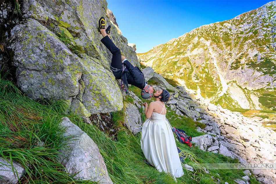 ekstremalna sesja ślubna w górach wspinaczka