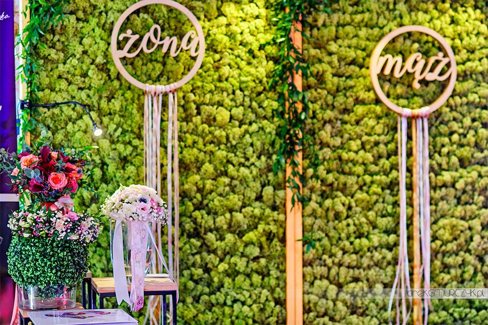 ścianka kwiatowa na wesele z mchu