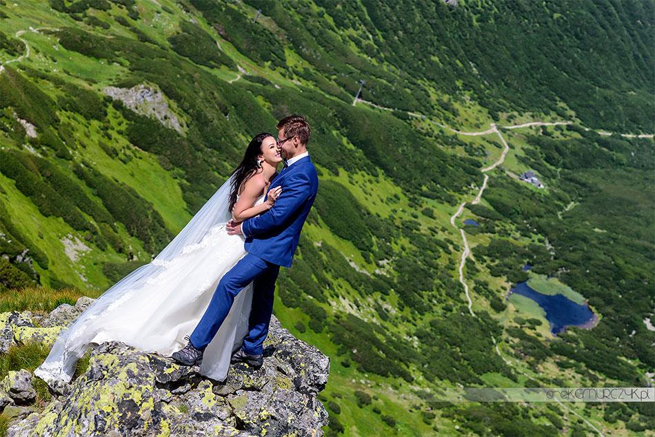 odważna sesja ślubna nad przepaścią