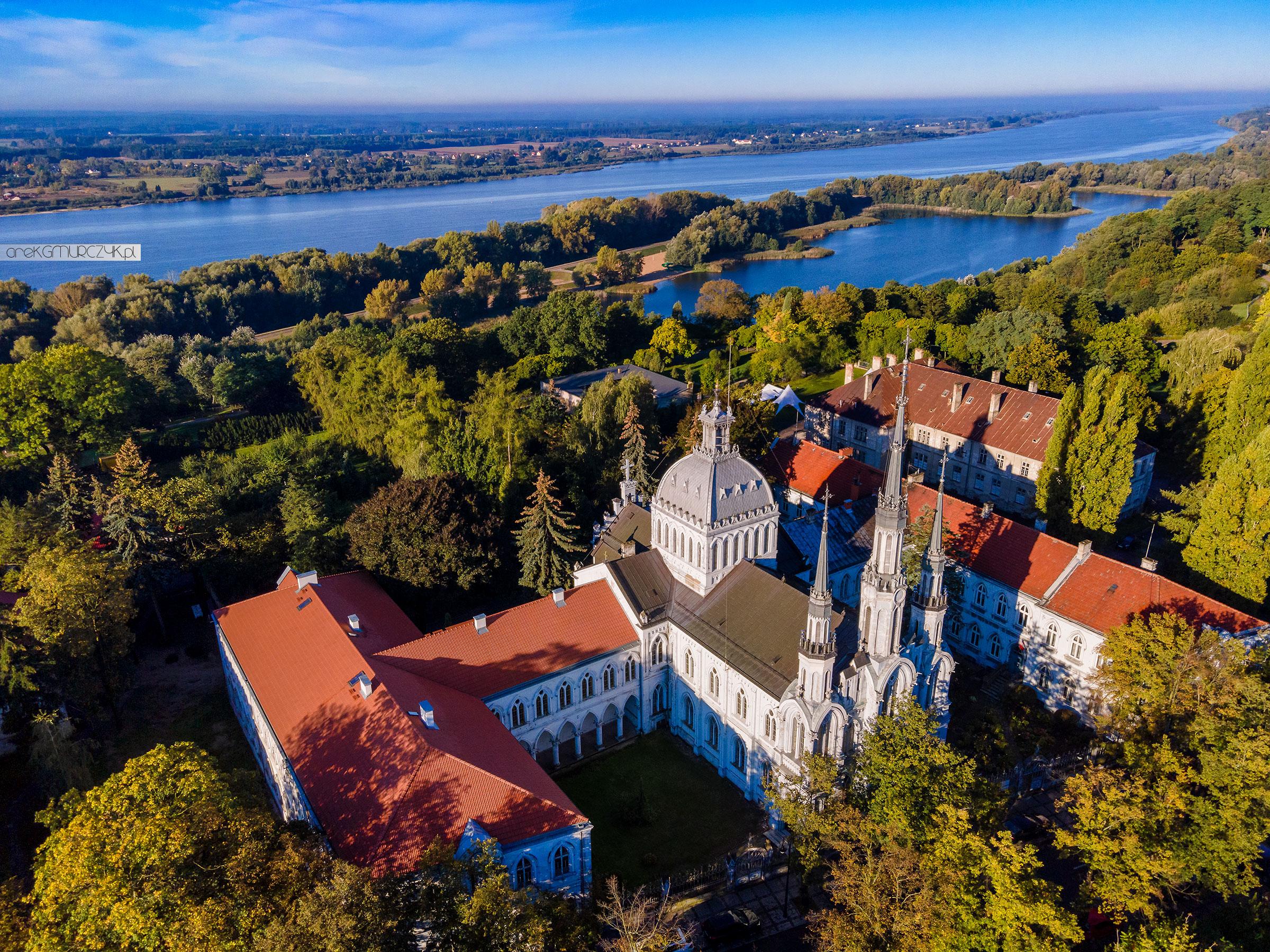 Dron Płock. Świątynia Miłosierdzia i Miłości w Płocku, w tle zalew Sobótka i Wisła